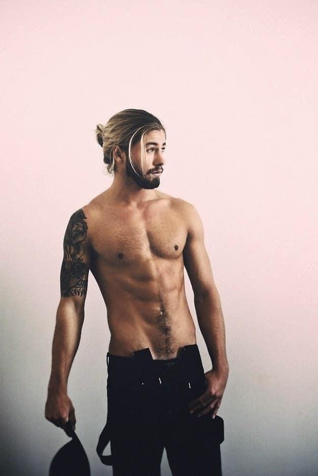 30 hombres con barba y melena irresistiblemente sexys. Black Bedroom Furniture Sets. Home Design Ideas