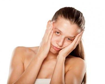 5 buenísimas razones para que jamás vuelvas a dormirte con el maquillaje puesto