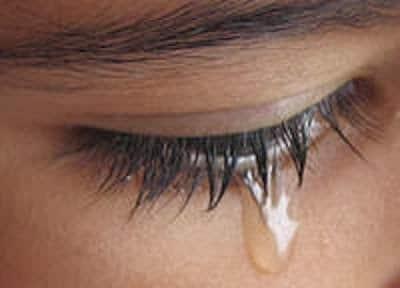 una persona llorando