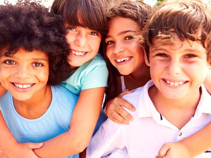los amigos hacen felices a los niños
