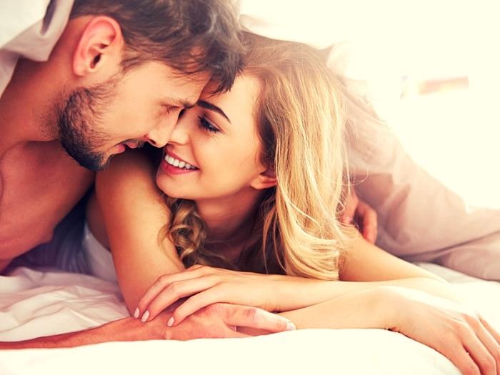Los 7 mejores momentos para acostarte con tu pareja (o con quien quieras)