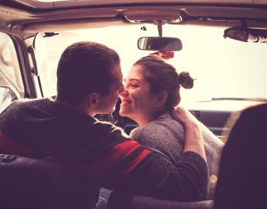 formas de mejorar la relación de pareja besar más