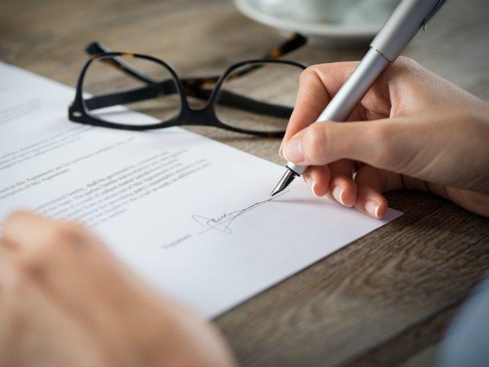 Fimas: firma y rúbrica: firma a la derecha