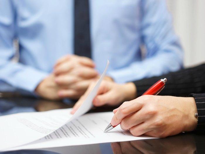 Fimas: firma y rúbrica: firma a la izquierda