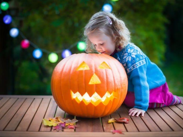 preparar una calabaza de halloween niña