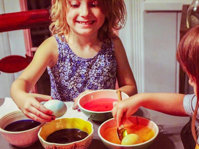 Tintar huevos de pascua con colorante
