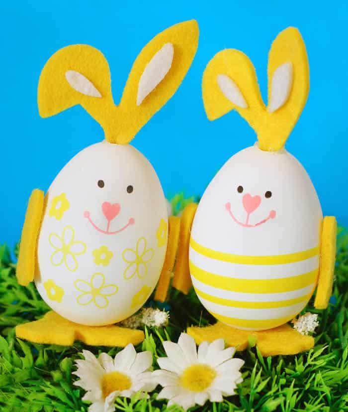 huevos decorados con forma de conejito de Pascua