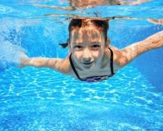 nina-piscina-otitis