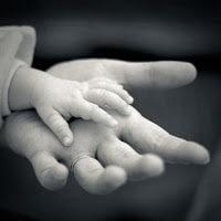 manos de bebé con manos de adulto