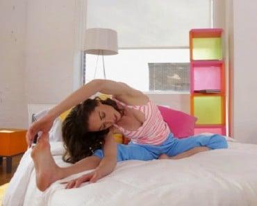 6 estiramientos que todo el mundo debería hacer antes de levantarse de la cama