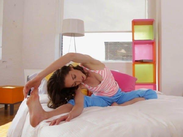 estiramientos para hacer en la cama