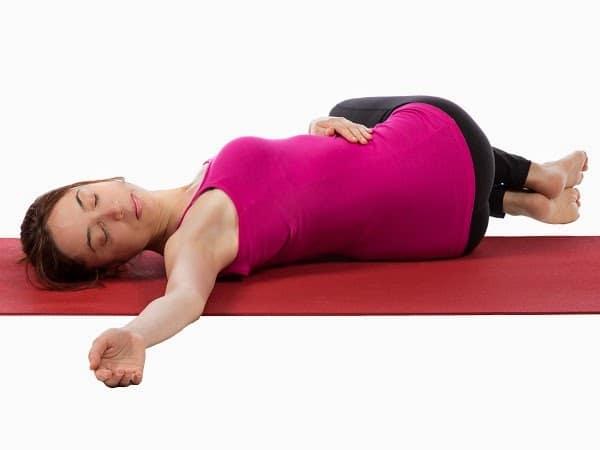 Resultado de imagen para yoga torsion acostada