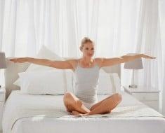 chica-yoga-cama