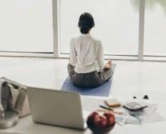 rsz_meditacion-manana-ordenador-luz-mujer