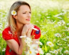 mujer-feliz-campo-flores