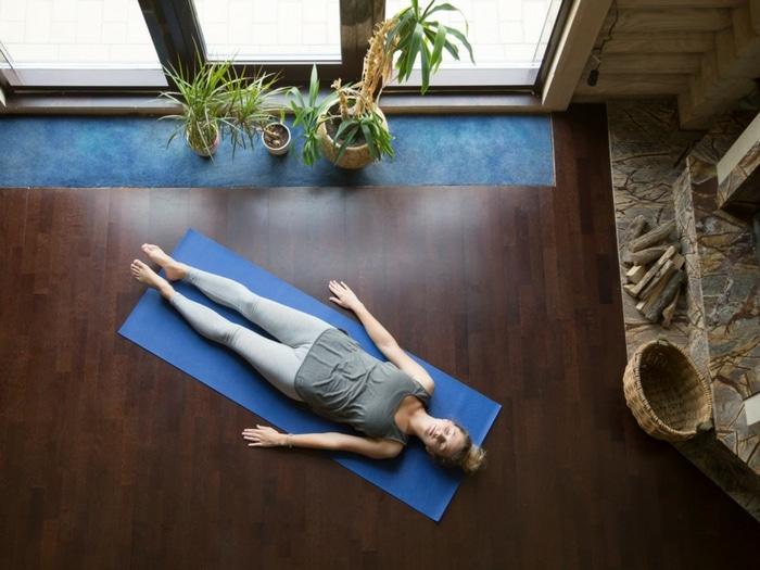 Estos estiramientos de yoga te ayudarán a combatir la resaca
