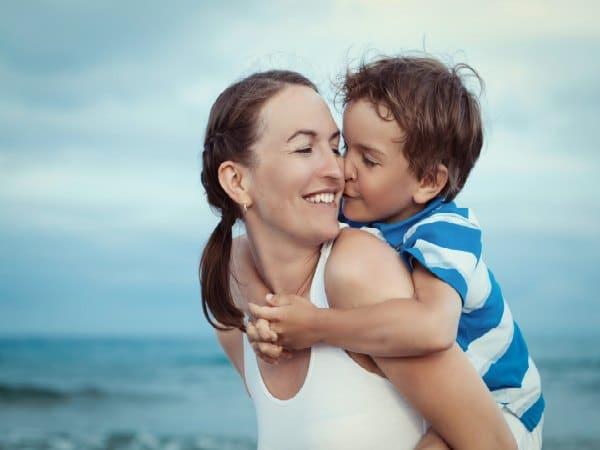 Beneficios de una caricia en un niño