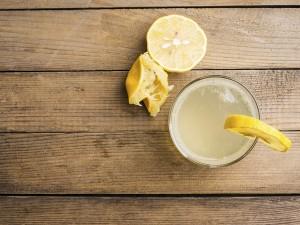 Beneficios de beber agua con limón por las mañanas