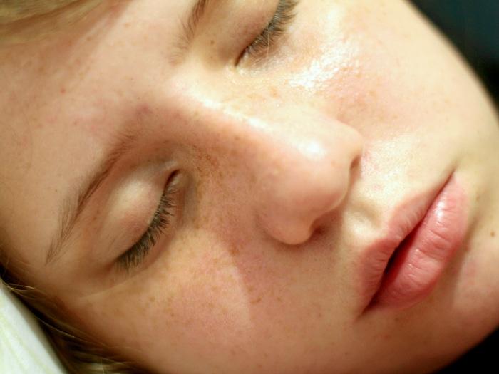 usos del desodorante, brillo facial