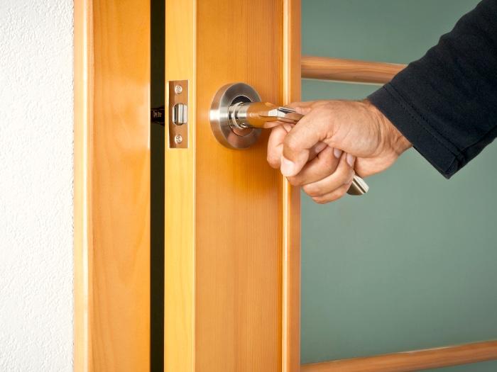 usos del desodorante, chirrido puerta