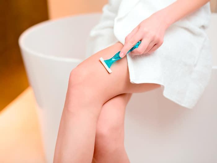 usos del desodorante, depilación cuchilla