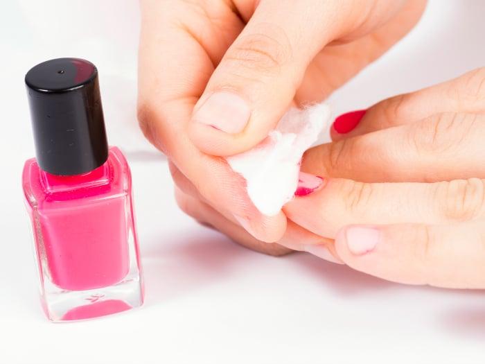 usos del desodorante, quitaesmalte