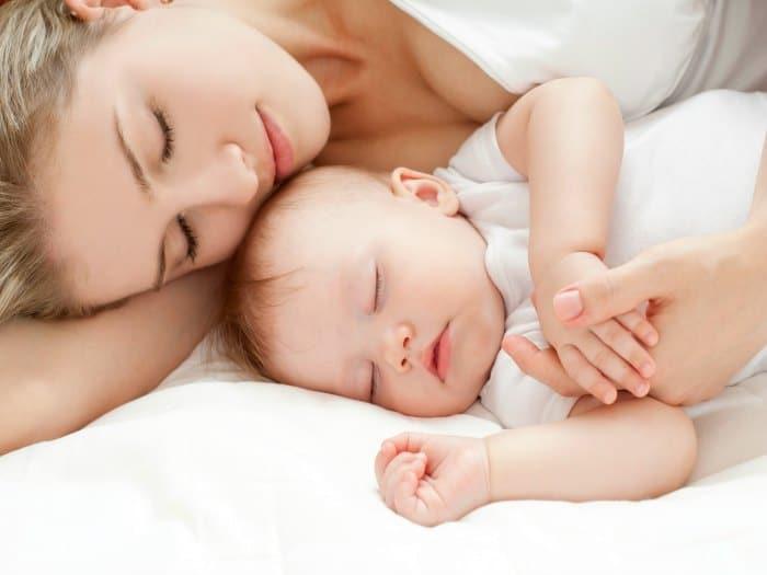 Por qué deberías dormir con tu bebé