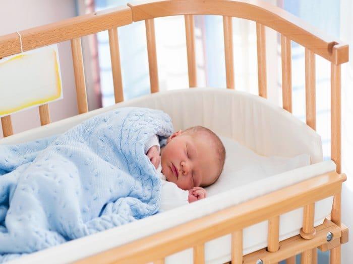 Por qué deberías dormir en la misma habitación que tu bebé