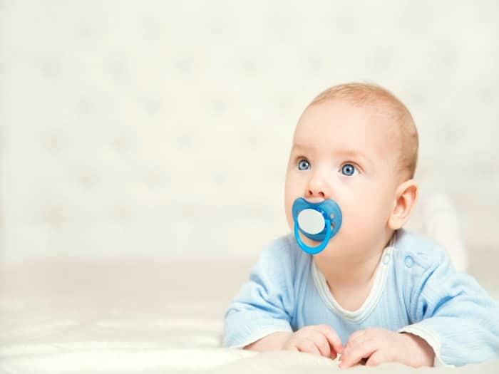 ¿Es aconsejable limpiar el chupete del bebé con la boca?