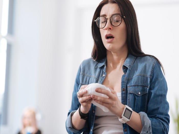 Porqué no debes aguantarte un estornudo