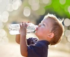 Se puede rellenar una botella de plástico