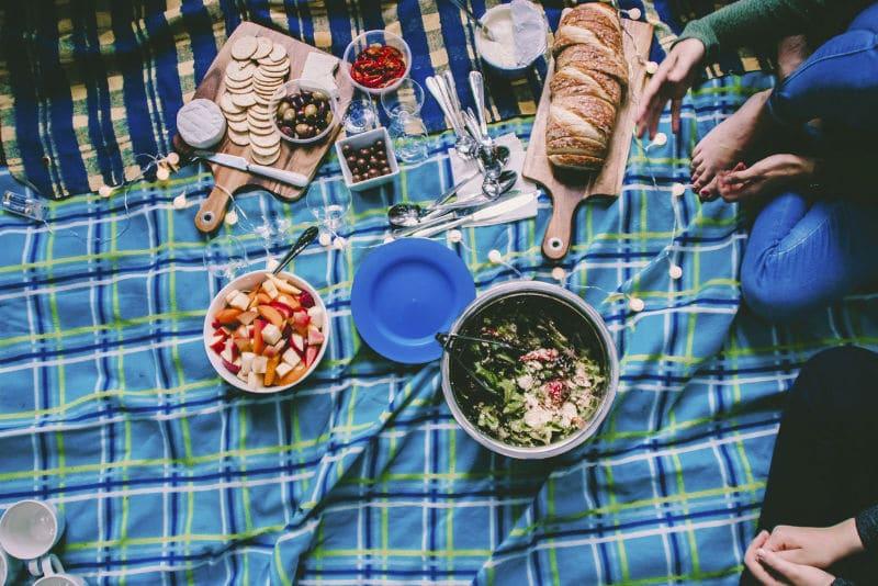 Pascua en casa: organiza un picnic en el salón