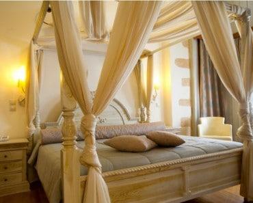 muebles y adornos coloniales cama