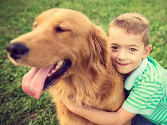 Amistad perro y niño autista
