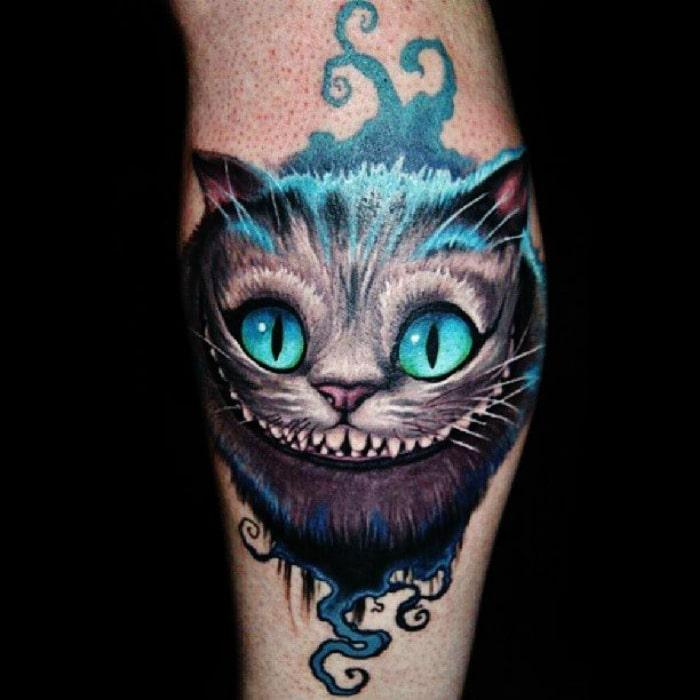 Gato Cheshire Alicia tatuaje