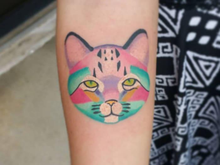 Gato colorido tatuaje