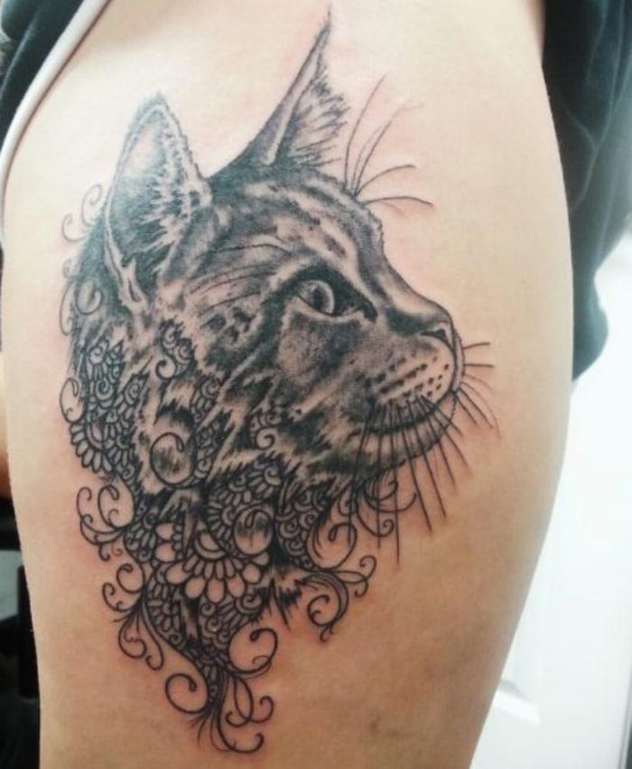 Gato mezcla hindú tatuaje