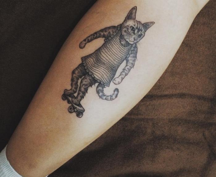 Gato skater tatuaje