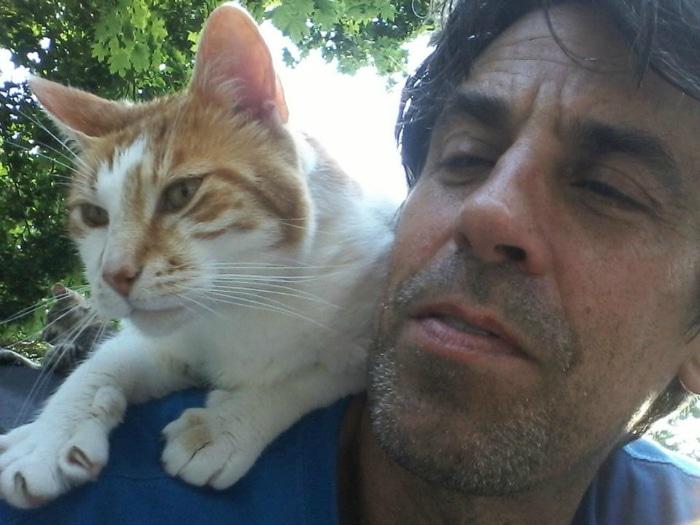 Hombre que perdió a su hijo ahora salva a gatos