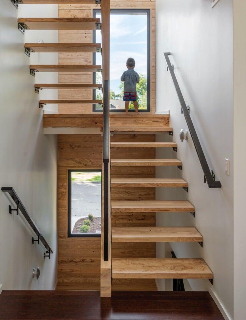 la casa dispone de dormitorios y baos y una escalera abierta al da iluminada con vistas a la calle como su columna vertebral