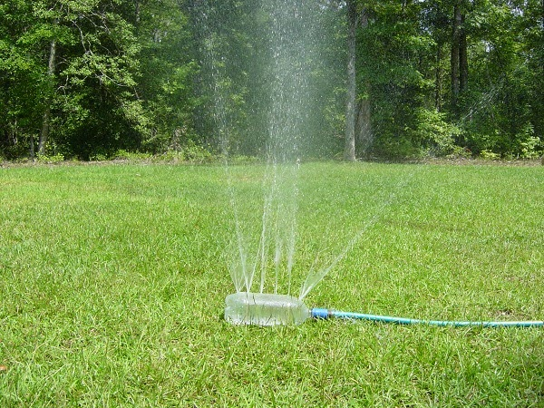 Como hacer tu propio aspersor casero trucos de bricolaje for Aspersores de agua para jardin