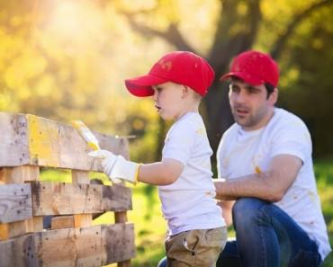 padre-hijo-pintando-verja