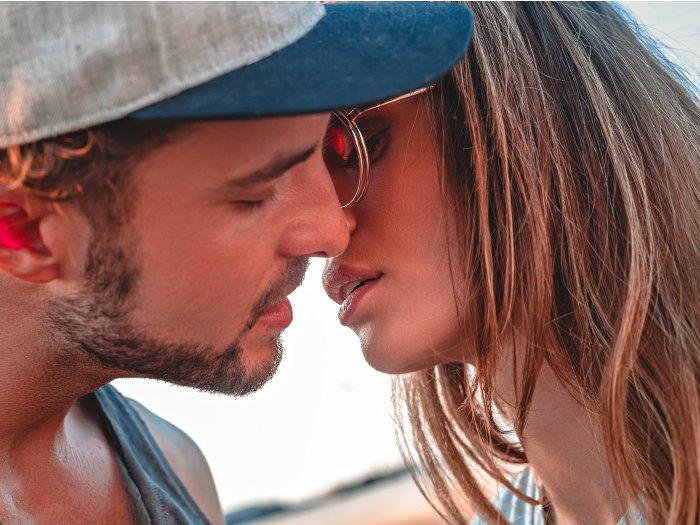 Pareja Aries-Acuario besándose