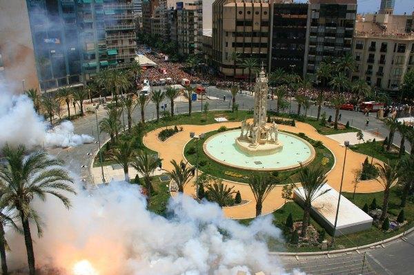 Mascletá en Plaza los Luceros
