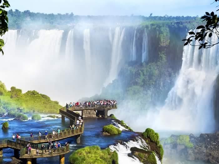 Cataratas del iguazú, en la frontera de Argentina y Brasil: viajar a Argentina