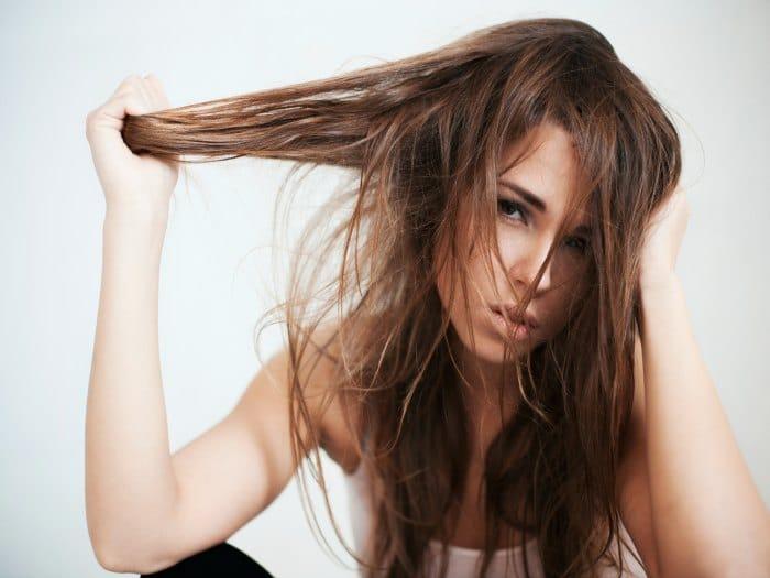 Caen los cabellos y los granos sobre la persona y la espalda
