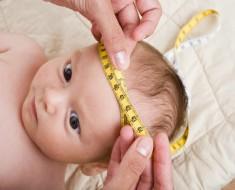 Arzt misst den Kopfumfang eines Babys