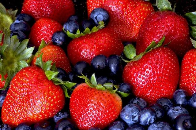 Fresas, arándanos y corazón