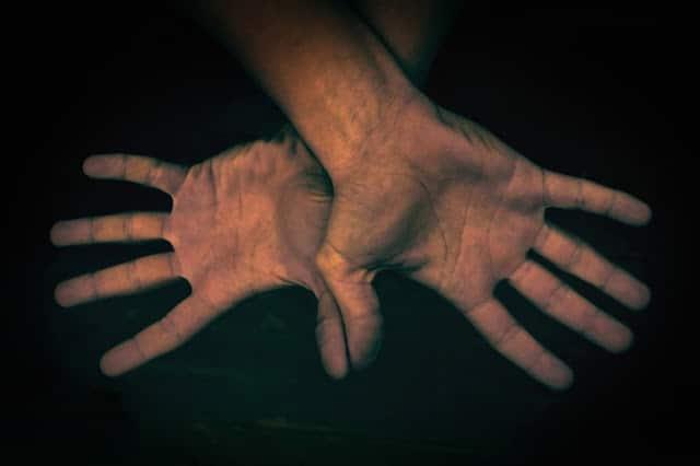 ¿Es malo crujirse los dedos?