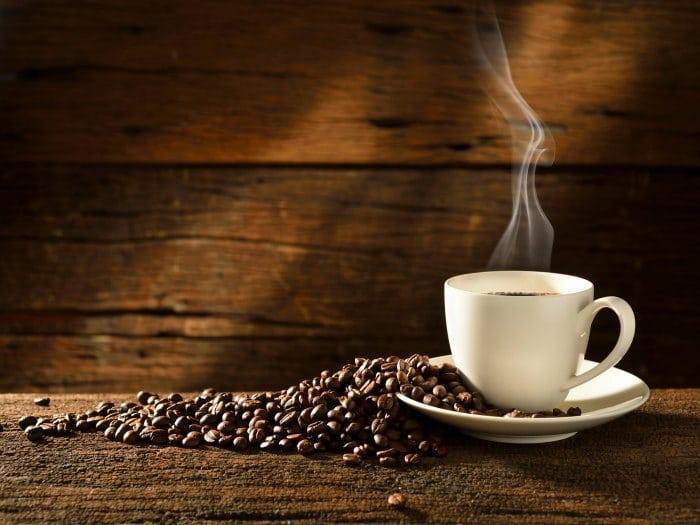 Se debe evitar la cafeína
